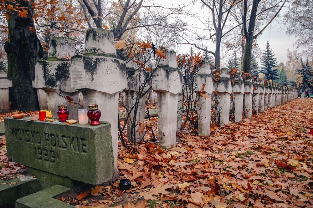 Le tombe dei soldati sul cimitero militare di Powązki nella città di Varsavia (Polonia)