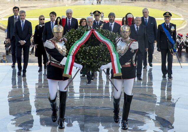 Il presidente della Repubblica depone una corona d'allora all'Altare della Patria