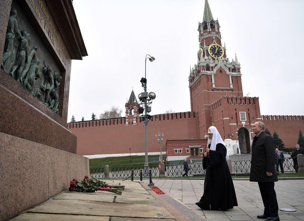 Il presidente russo Vladimir Putin ed il patriarca russo Kirill posano fiori al monumento di Minin e Pozharsky in Piazza Rossa.