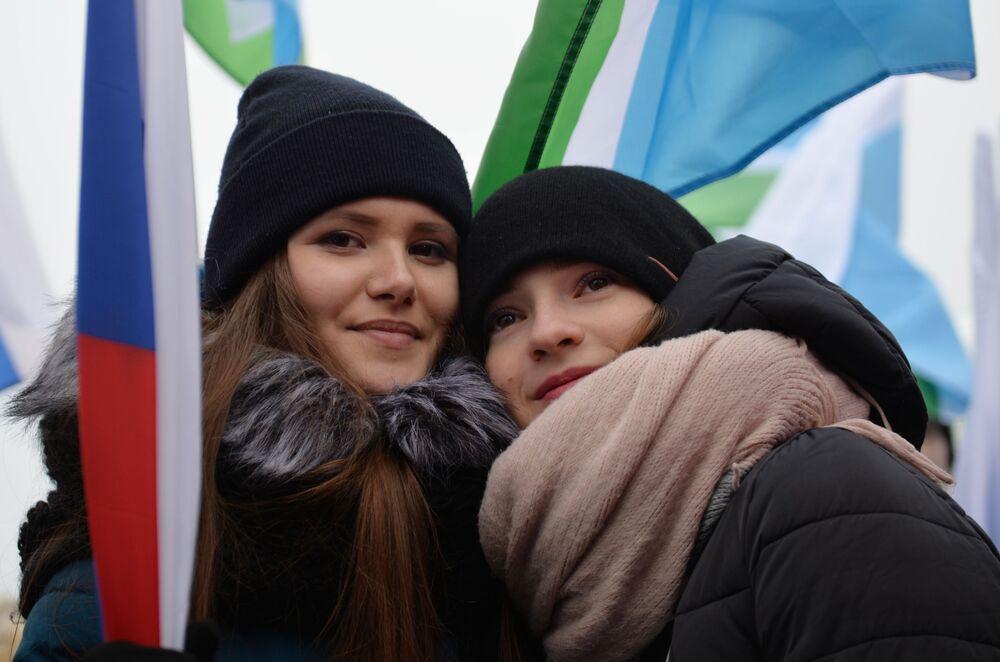 Ragazze al concerto dedicato alla Giornata dell'unità a Ekaterinburg.