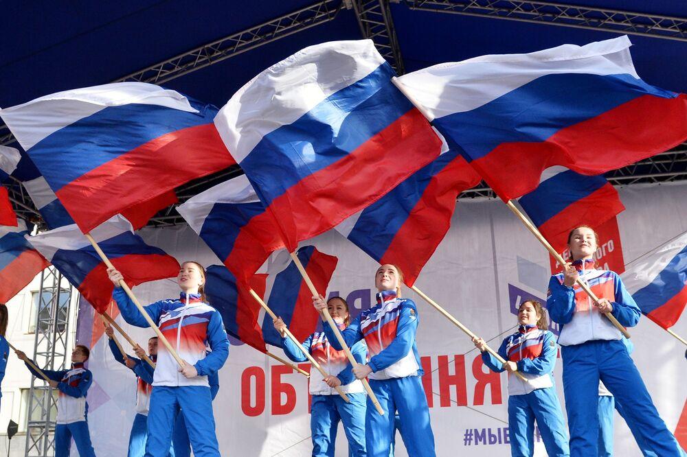 Ragazze sventolano le bandiere russe al festival Siamo Uniti a Chelyabinsk.