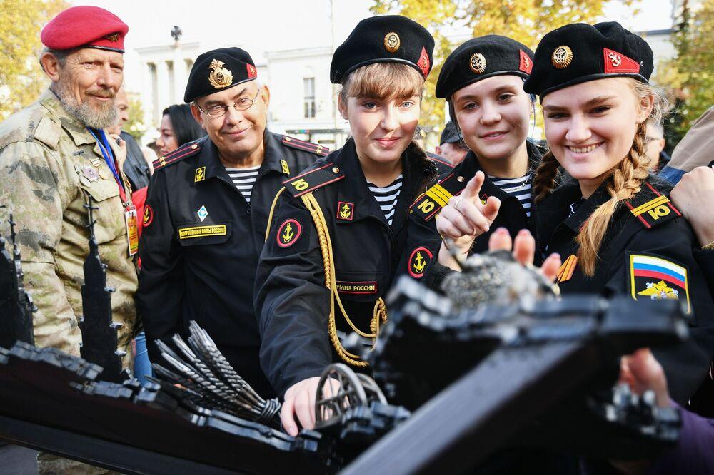 Allievi dell'accademia navale osservano un'installazione Tempo della Crimea a Simferopoli.