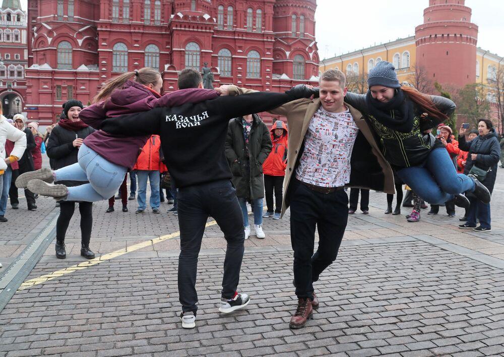 Danze in Piazza del Maneggio a Mosca.