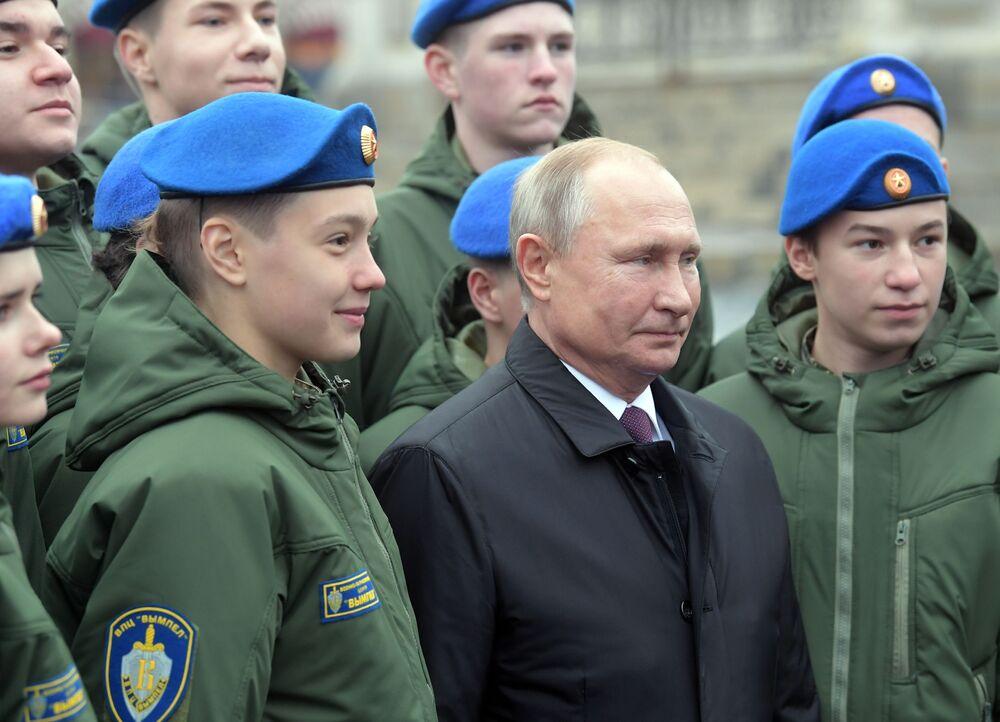 Vladimir Putin sulla Piazza Rossa nella Giornata dell'unità nazionale.