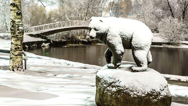 La scultura di un orso al lago del fiume Neglinka dopo le nevicate notturne a Petrozavodsk, Russia - Sputnik Italia