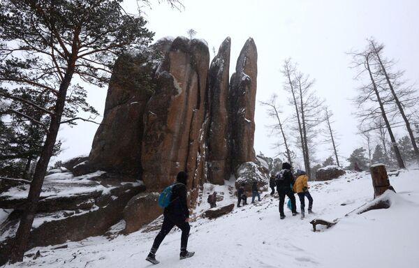 I turisti ai piedi di una roccia di sienite nella riserva naturale di Krasnoyarsk, Russia - Sputnik Italia