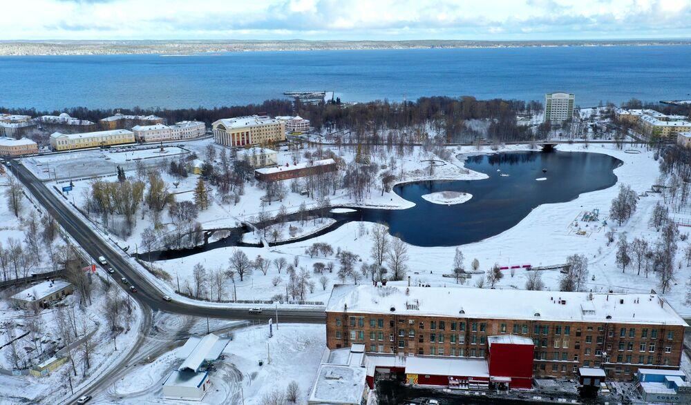 La citta russà di Petrozavodsk dopo le nevicate notturne