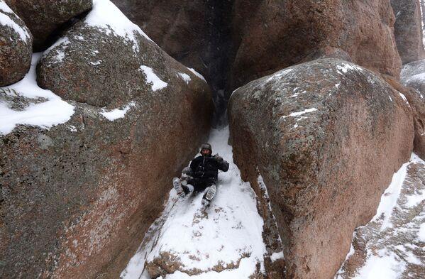 Un turista dopo aver scalato una roccia di sienite nella riserva di Krasnoyarsk, Russia  - Sputnik Italia