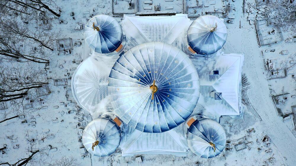 Il tetto coperto di neve della Cattedrale Krestovosdvizhensy a Petrozavodsk, Russia