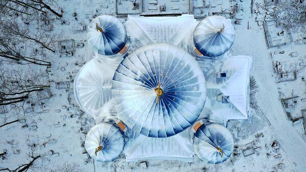 Il tetto coperto di neve della Cattedrale Krestovosdvizhensy a Petrozavodsk, Russia - Sputnik Italia