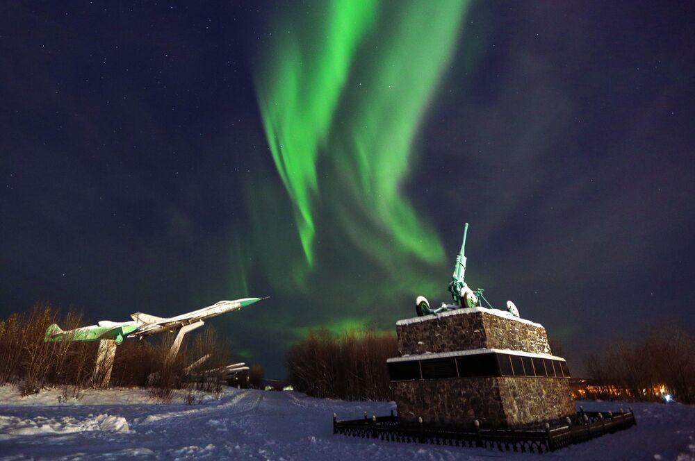 L'aurora boreale sopra un monumento a Murmansk, Russia