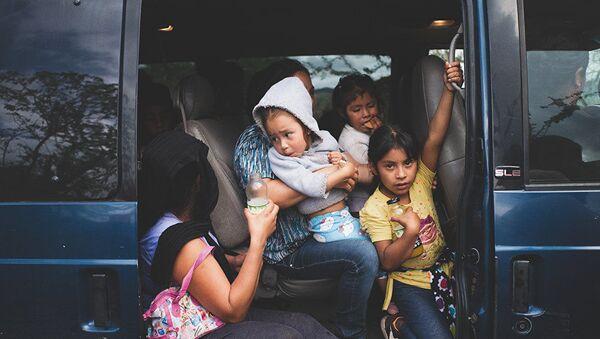 Una famiglia di rifugiati a causa della guerra tra i cartelli della droga in Messico, stato del Guerrero - Sputnik Italia
