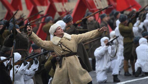 Un partecipante alla marcia solenne del 7 novembre sulla piazza Rossa - Sputnik Italia