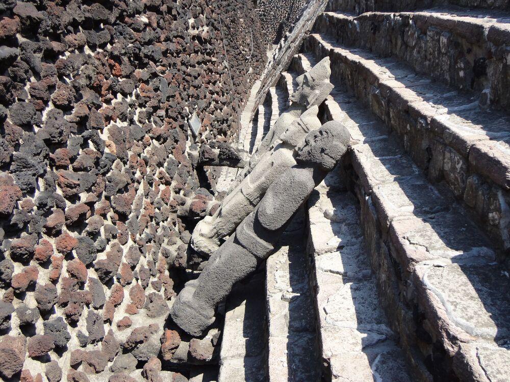 Sculture alla Grande Piramide nel centro storico di Città del Messico