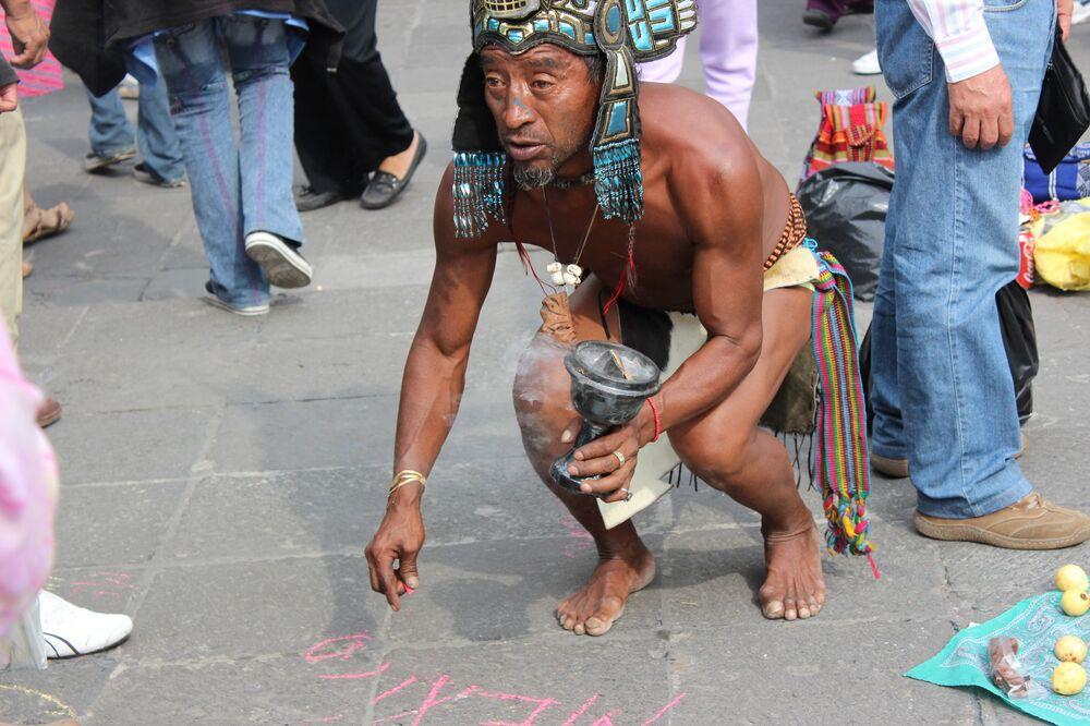 Un discendente moderno degli Aztechi in costume tradizionale