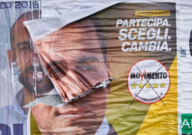 I poster del M5S e della Lega prima delle elezioni politiche in Italia