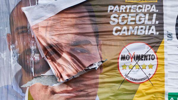 I poster del M5S e della Lega prima delle elezioni politiche in Italia - Sputnik Italia