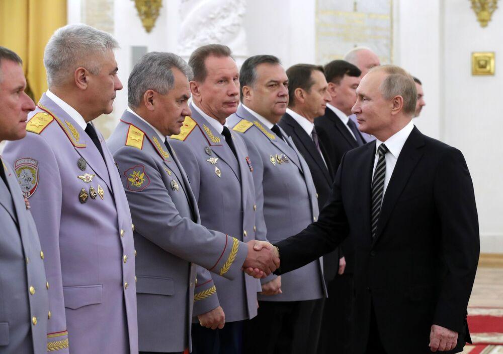 Il presidente russo Vladimir Putin con un gruppo di alti ufficiali durante una cerimonia ufficiale al Cremlino