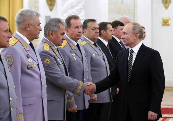 Il presidente russo Vladimir Putin con un gruppo di alti ufficiali durante una cerimonia ufficiale al Cremlino - Sputnik Italia