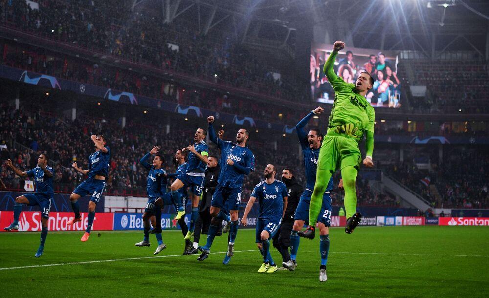 I giocatori della Juventus festeggiano la vittoria nella partita di Champions League contro il Lokomotiv Mosca