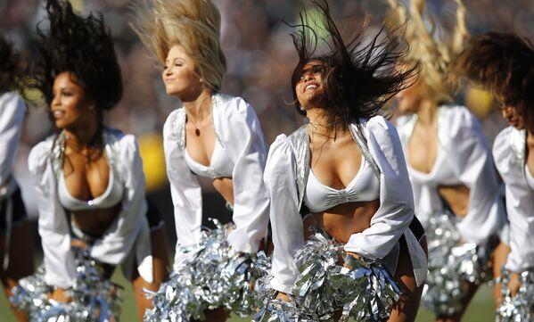 Le cheerleader di Oakland Raiders si esibiscono durante una partita di football della NFL tra Raiders e Detroit Lions - Sputnik Italia