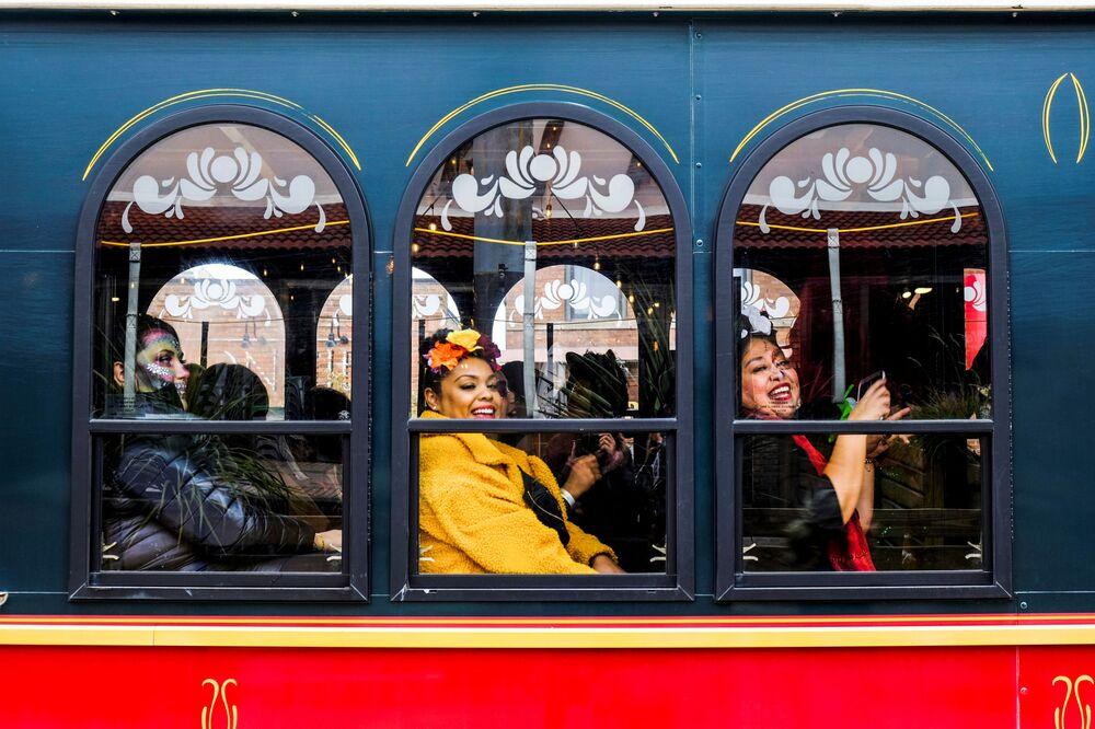 Donne su una carrozza durante le celebrazioni del Giorno dei Morti a Chicago, USA