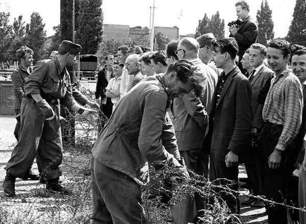 Il 13 agosto 1961 i soldati della Germania dell'Est installarono recinzioni di filo spinato - Sputnik Italia