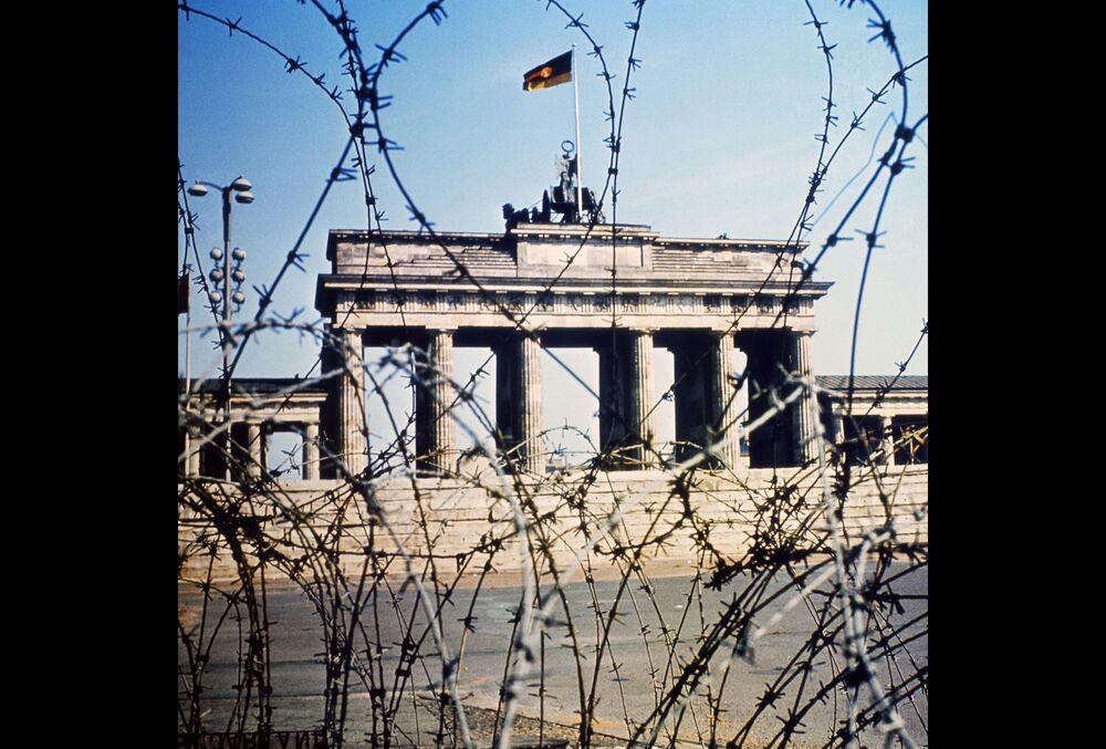La Porta di Brandeburgo visibile attraverso la recinzione di filo spinato nel giugno 1968