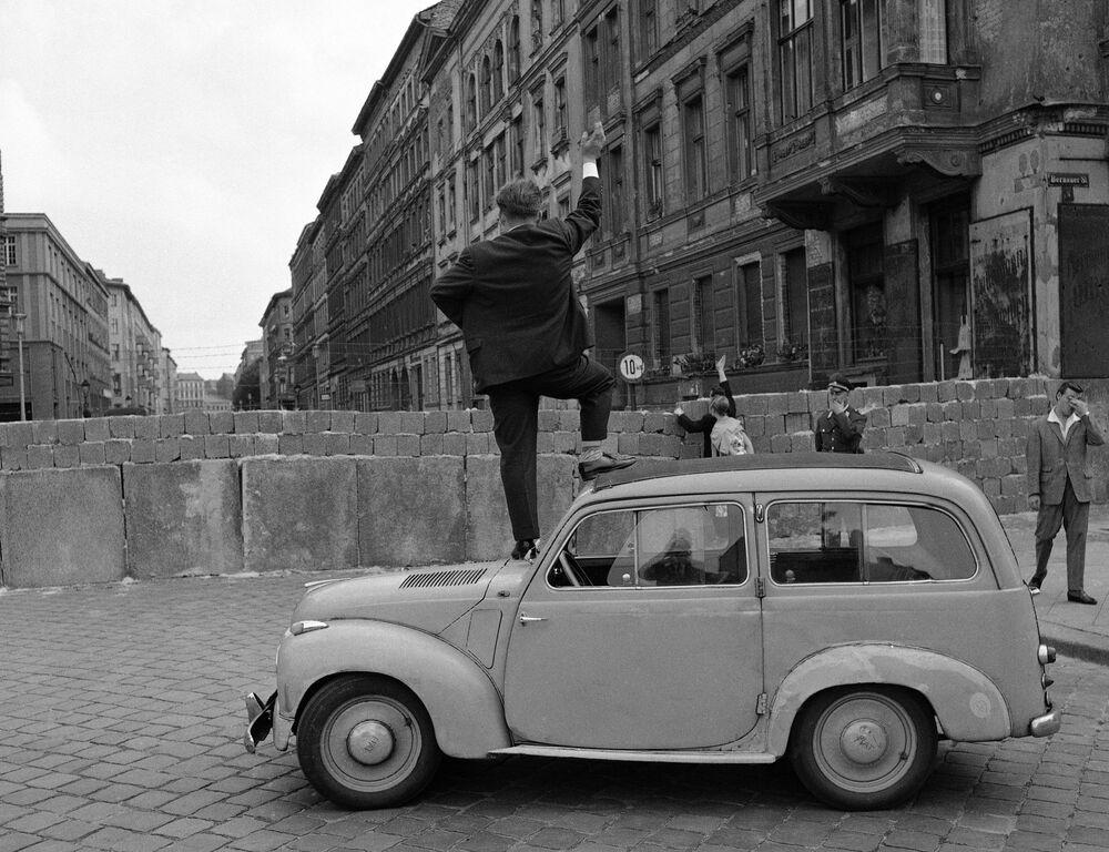 Il muro di cemento non impediva ai curiosi berlinesi occidentali di esplorare la parte orientale della città