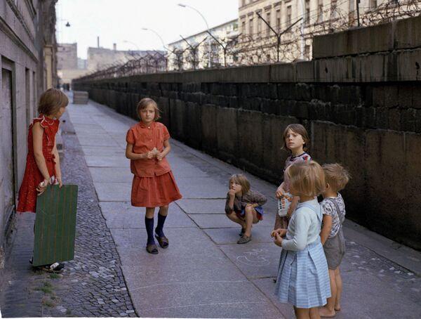 Bambini vicino al muro di Berlino su Heinrich-Heine-Strasse nel 1968 - Sputnik Italia