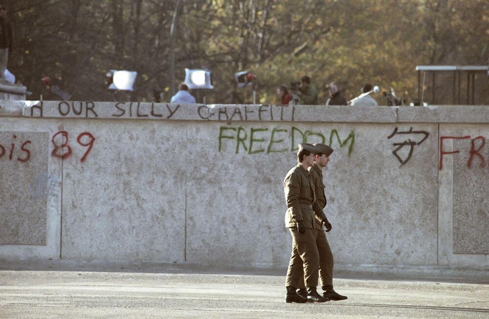 Guardie di frontiera pattugliano lungo il muro
