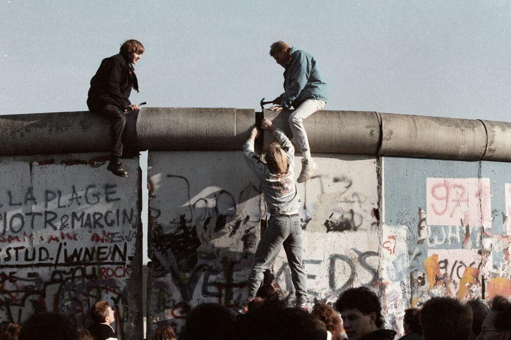 I residenti della RDT demoliscono il muro di Berlino, 1989