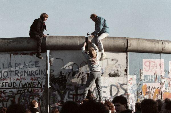 I residenti della RDT demoliscono il muro di Berlino, 1989 - Sputnik Italia