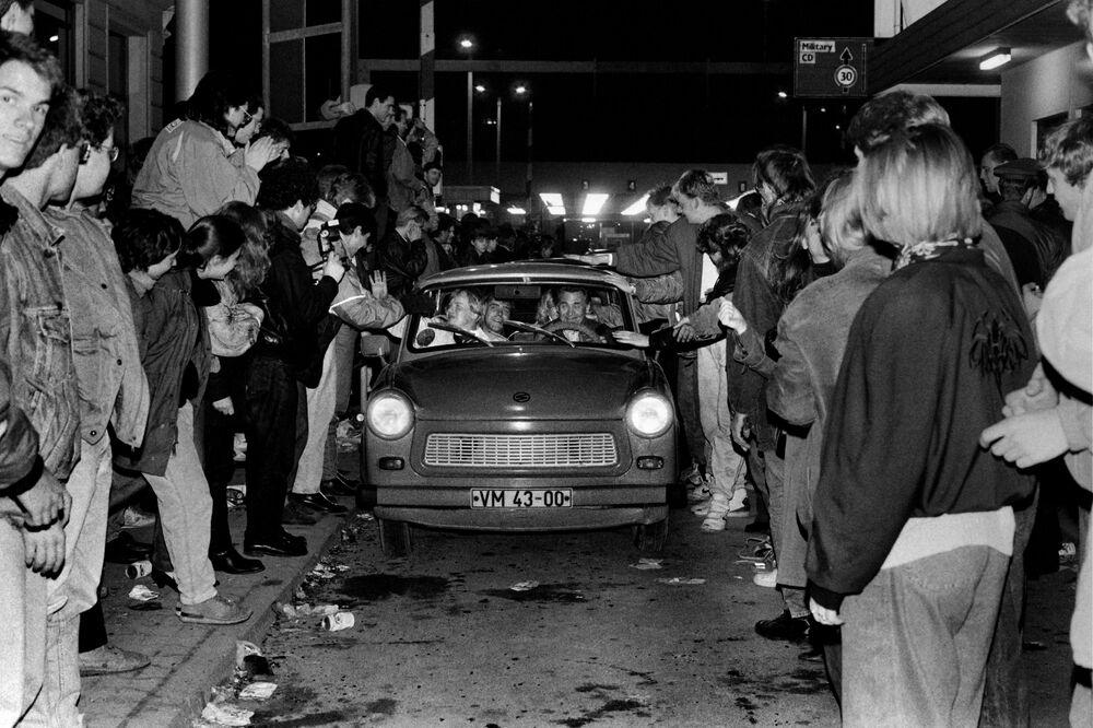 All'ingresso di Berlino Ovest al Checkpoint Charlie il 9 novembre 1989, una folla esultante saluta i berlinesi orientali.