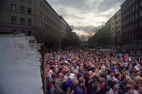 Coloro che desiderano visitare Berlino Ovest davanti al muro di Berlino - Sputnik Italia