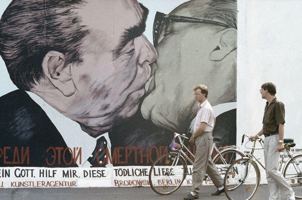 Berlinesi davanti a un muro intatto
