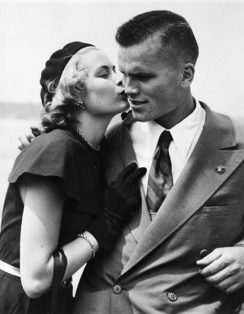 L'attrice americana Grace Kelly con suo fratello John Kelly, 1948