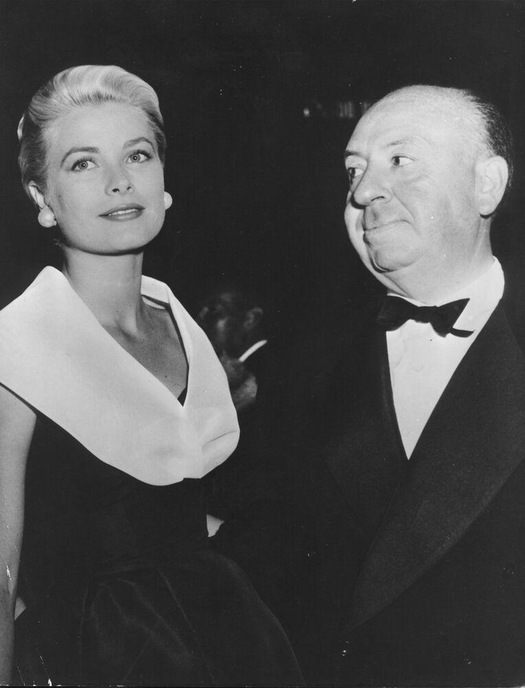 L'attrice americana Grace Kelly con il regista Alfred Hitchcock, nel 1954