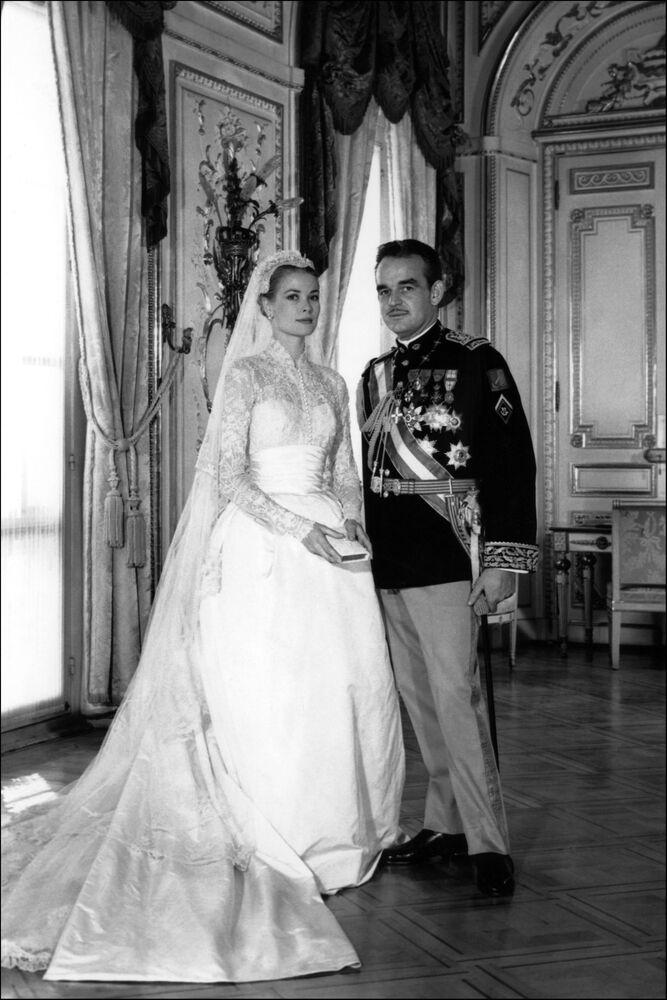 Una foto ufficiale dell'attrice statunitense Grace Kelly e del Principe Rainieri III di Monaco durante la loro cerimonia di matrimonio a Monaco il 19 aprile 1956