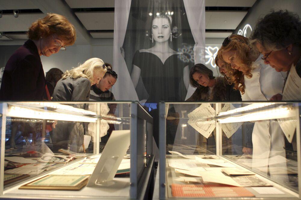 Visitatori della mostra Grace, la Principessa di Monaco: un omaggio alla vita e all'eredità di Grace Kelly, 2007, New York