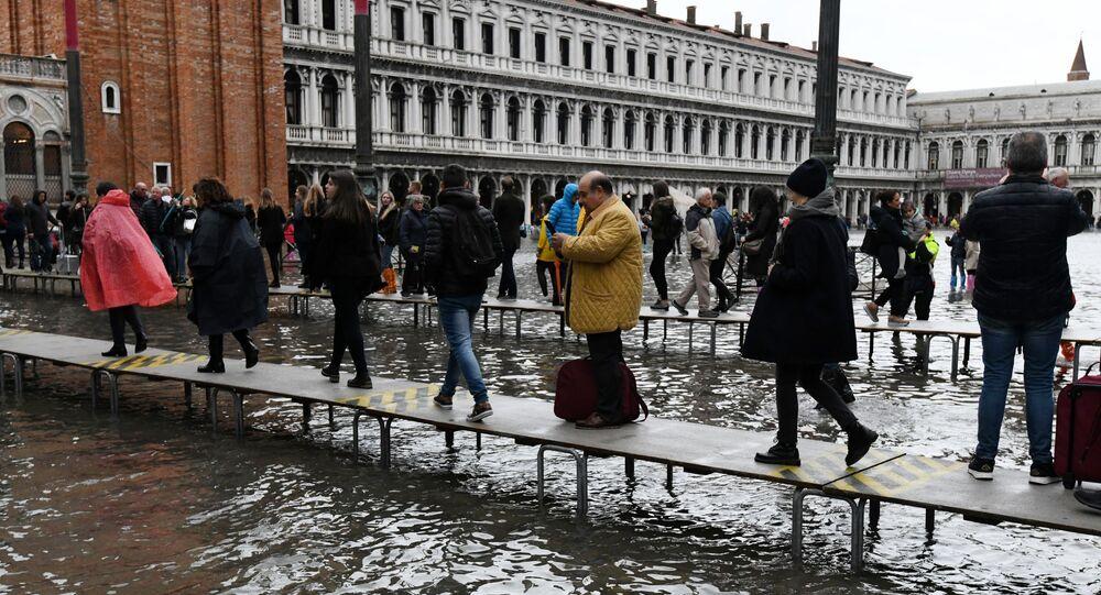 Acqua alta a Venezia, turisti sulla Piazza San Marco