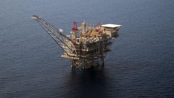 Una piattaforma per l'estrazione di idrocarburi nel mare - Sputnik Italia