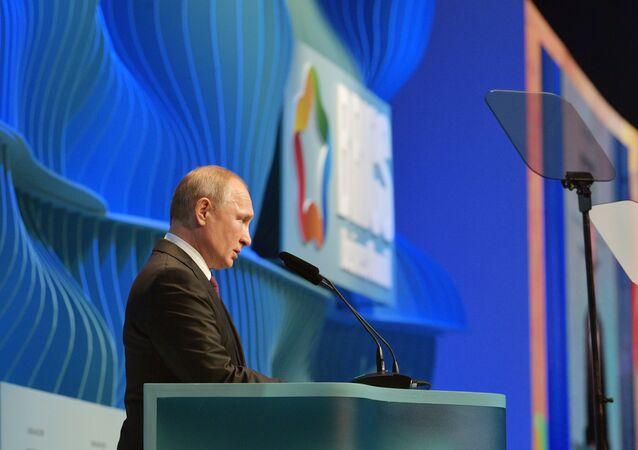 Il presidente russo Vladimir Putin al BRICS Business Forum in Brasile