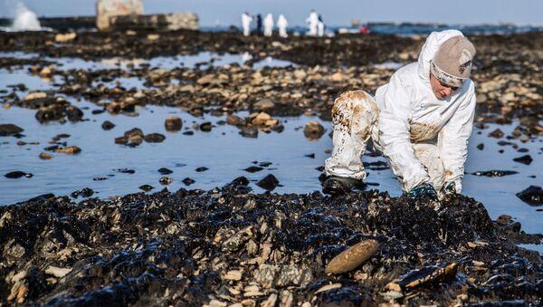 Raccolta di residui dalla raffinazione del petrolio - Sputnik Italia