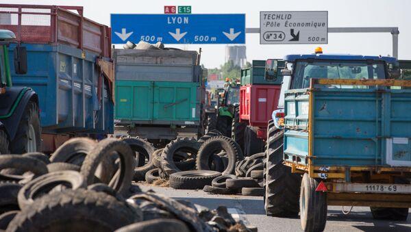 Бастующие фермеры перекрыли трассу к городу Лион во Франции - Sputnik Italia