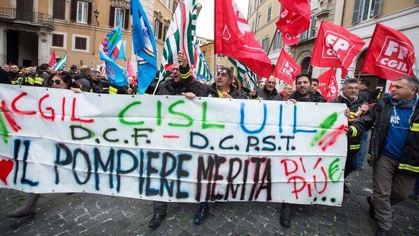 Manifestazione dei Vigili del Fuoco a Montecitorio, Roma - Sputnik Italia