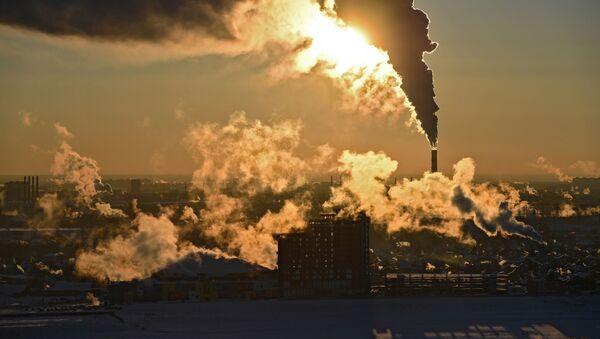 Fumo fuoriesce da una centrale elettrica a Novosibirsk, Russia - Sputnik Italia
