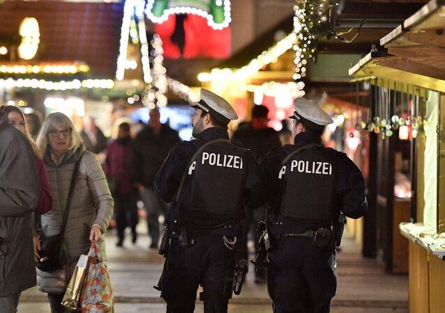 Poliziotti in pattuglia in mercatino di Natale in Germania