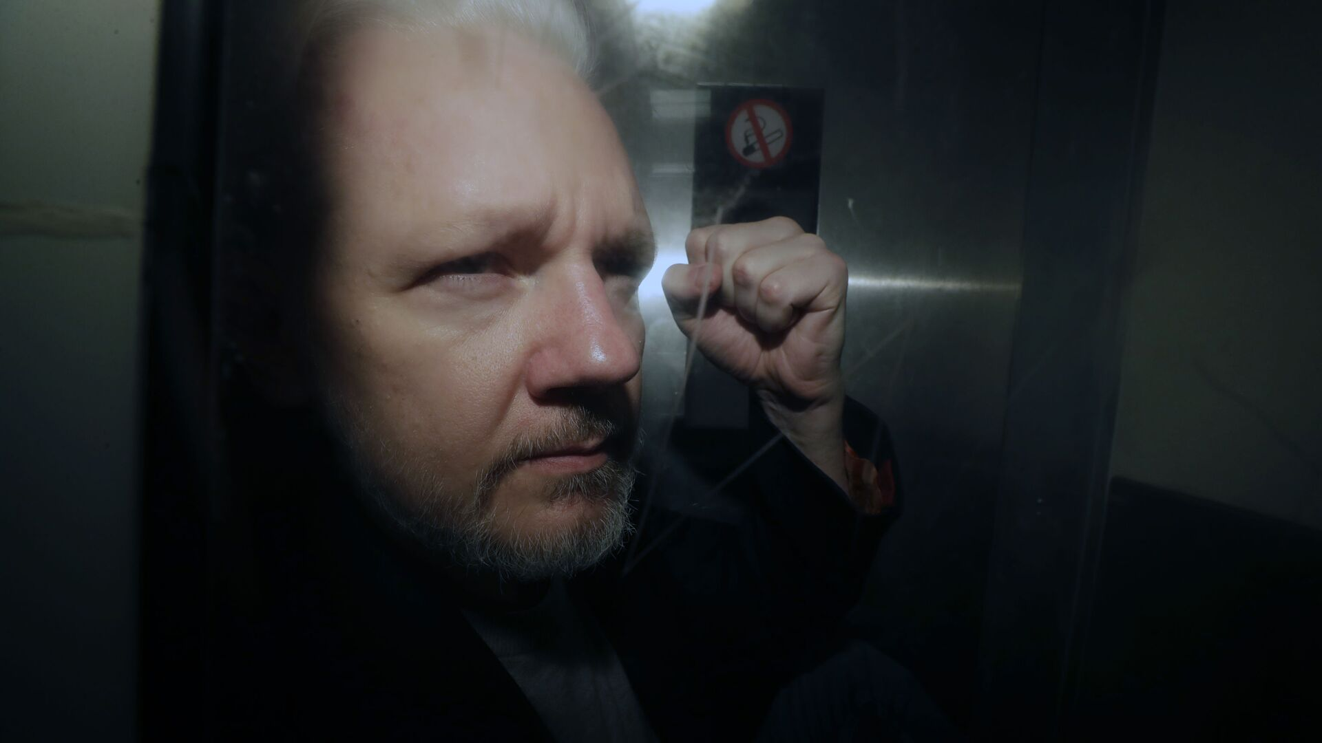 WikiLeaks founder Julian Assange being taken from court, where he appeared on charges of jumping British bail seven years ago - Sputnik Italia, 1920, 27.06.2021