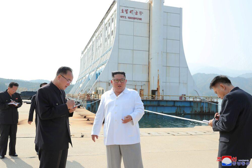 Il leader nordcoreano Kim Jong-un ispeziona la località turistica di Mount Kumgang, il 23 ottobre 2019